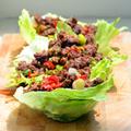 Chilis gyömbéres marhahús salátalevélbe tekerve