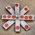 Egyszerű, csillag formájú karácsonyfadísz vagy ajándékkísérő papírhengerből