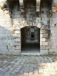 Mamula erőd belső udvarának kapuja