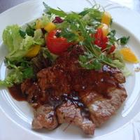Grillezett sertés flekken, salátával és zöldségekkel