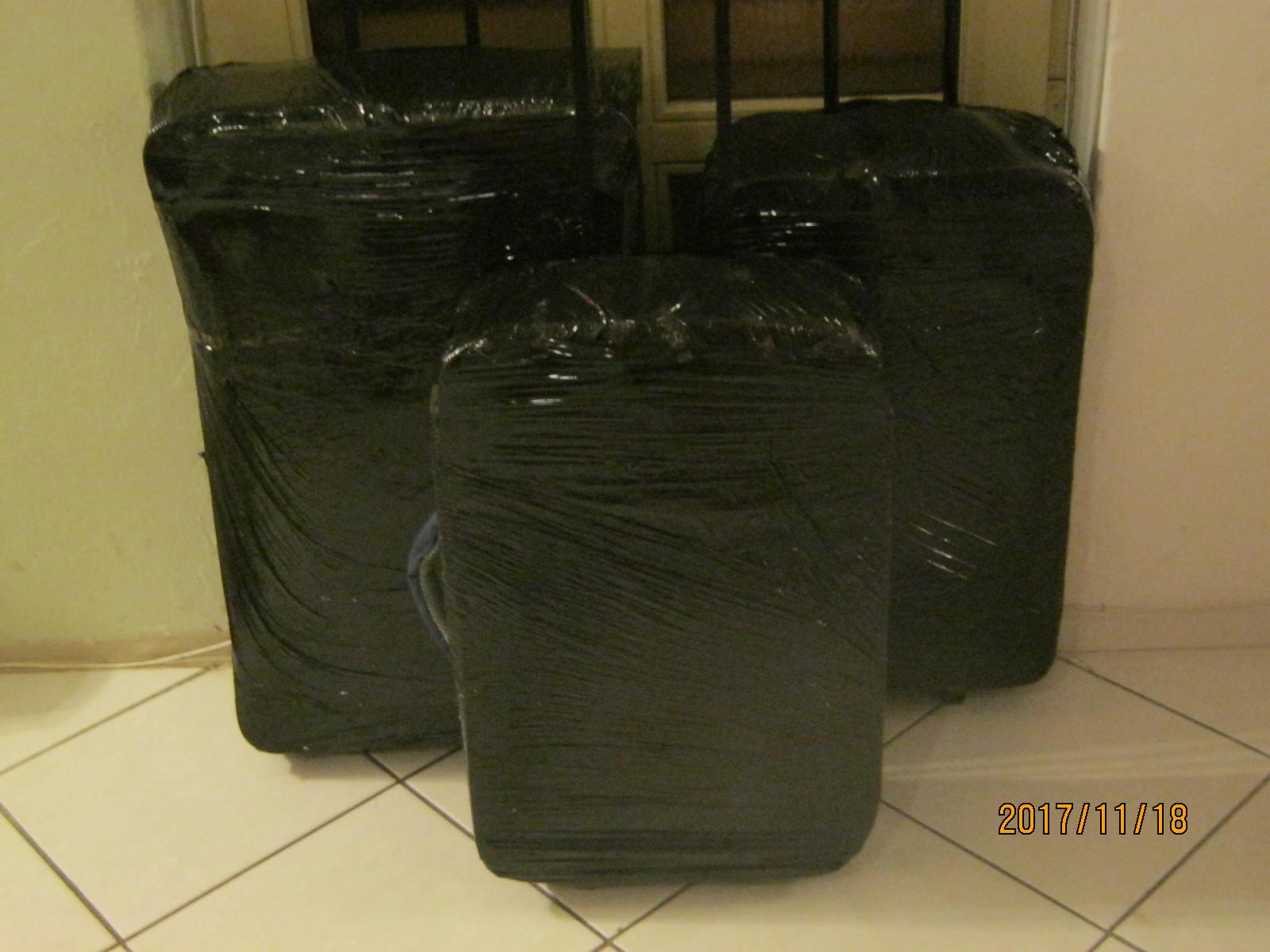 Kipróbáltuk a bőröndök házi fóliázását. Bevált!