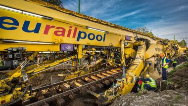 Óriásszörnyek építik újra a balatoni vasutat