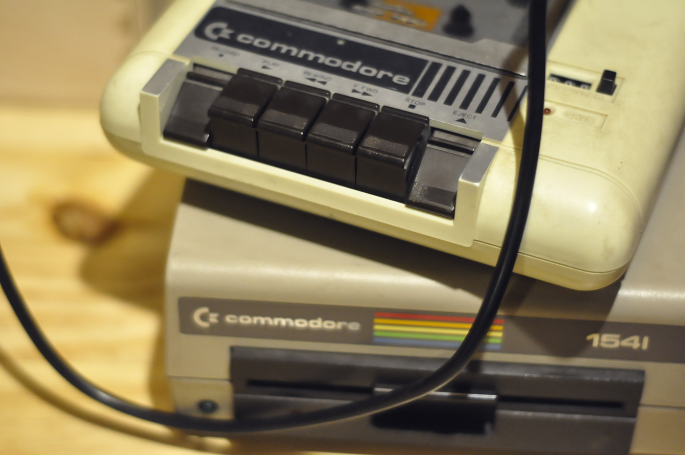 A jó öreg Commodore 64 kazettás(!) magnója és nagylemez-olvasója(!)