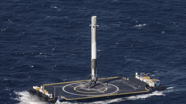 A SpaceX Falcon 9 rakétája történelmi landolást hajt végre egy úszo platformon