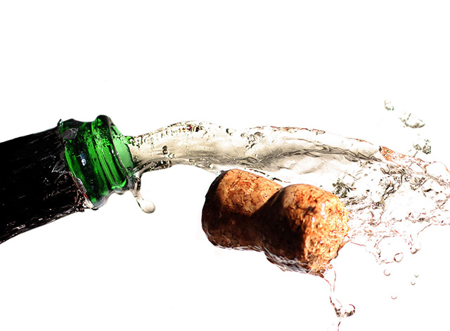 champagne-cork-flying-out-of-the-bottle-with-spray-1385020700_85.jpg