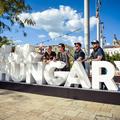 Így készült a #helloHungary installáció az Erzsébet téren