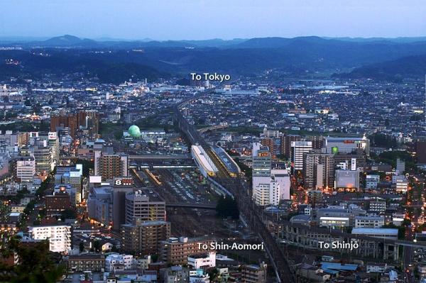 800px-Yamagata_Shinkansen_separating_from_the_Tohoku_Shinkansen_at_Fukushima_Station_Fukushima WIKI.jpg