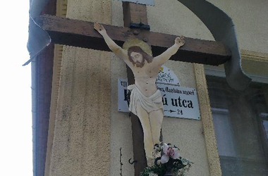 Krisztus miatt tettek arrébb egy utcatáblát Józsefvárosban