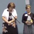 Videón mutatják, ahogyan Jehova Tanúi megtapsolnak egy tíz éves kislányt, amiért az kerüli a nővérét