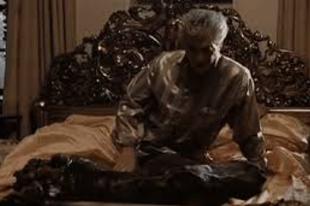 Lófej az ágyban
