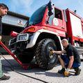 A biztonságos közlekedést segíti az Abroncs Kereskedőház katasztrófavédőknek adott adománya