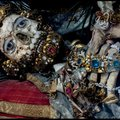 Apácák öltöztették aranyba, ezüstbe a csontvázakat