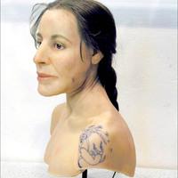 A tetovált nő színre lép