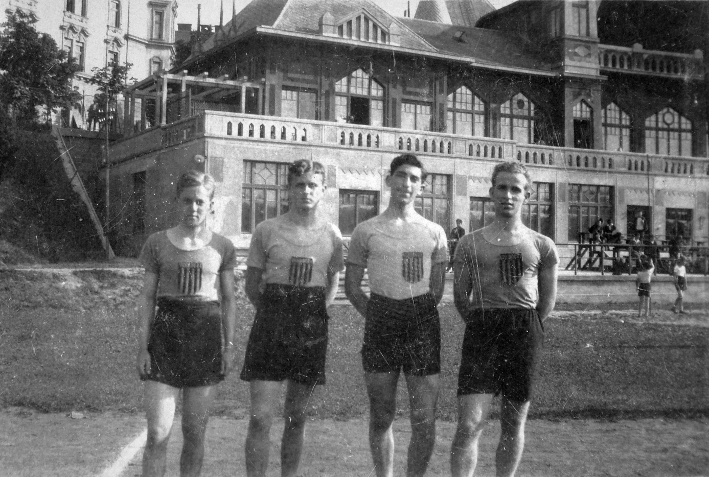 Sportolók a BBTE-nek otthont adó épület előtt<br /><br />(forrás: http://www.fortepan.hu/)