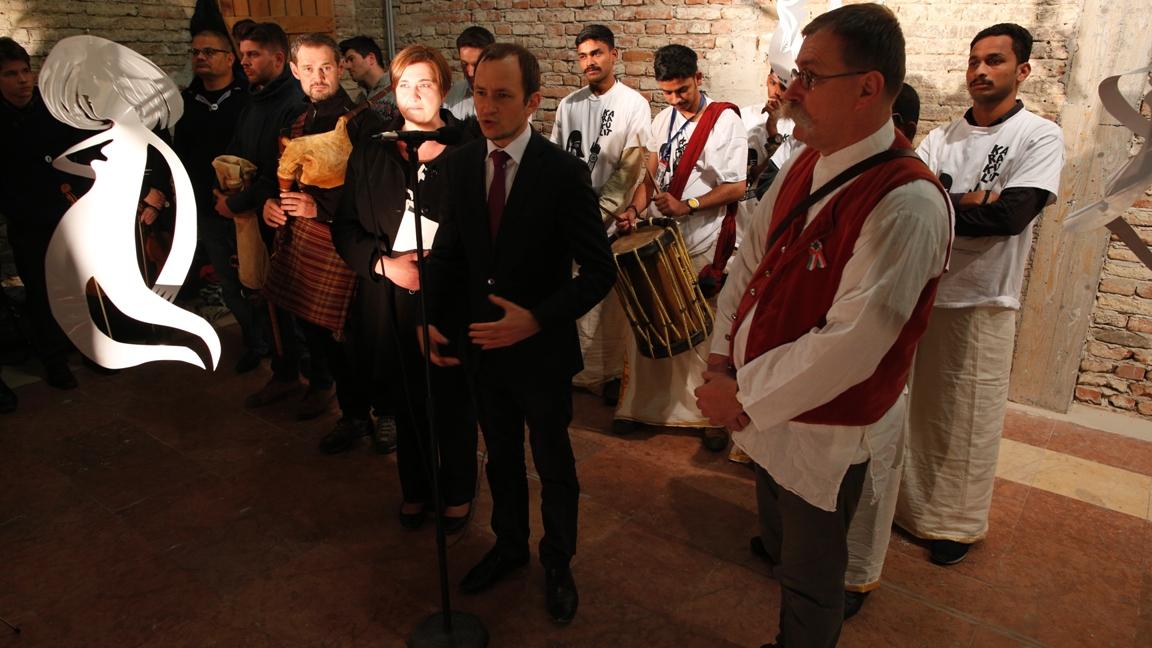 Őri László Pécs város alpolgármestere és Pilári Gábor a MárkusZínház vezetője hivatalosan is megnyitja a fesztivált
