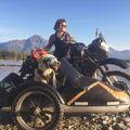 Kutyájával motorozza át Alaszkát egy nő