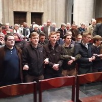Fiatal katolikusok tiltakozó imaakciója a brüsszeli katedrálisban tartott protestáns megemlékezésen