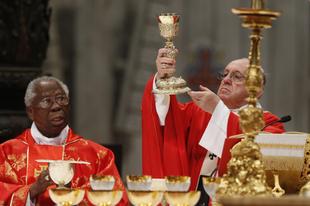 Arinze bíboros: Nem oszthatjuk meg az Oltáriszentséget nem katolikusokkal, mint a sört vagy a tortát
