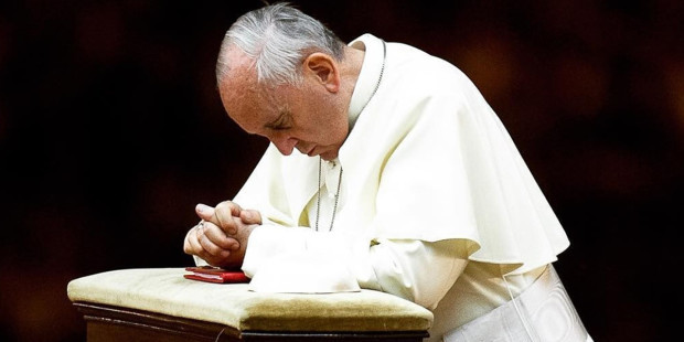 web3-pope-francis-praying-knees-instagram-east-news.jpg