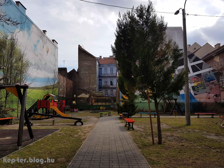A Király utcai játszótér mögött ellátni a ház udvaráig. Keresd a hupikéket!