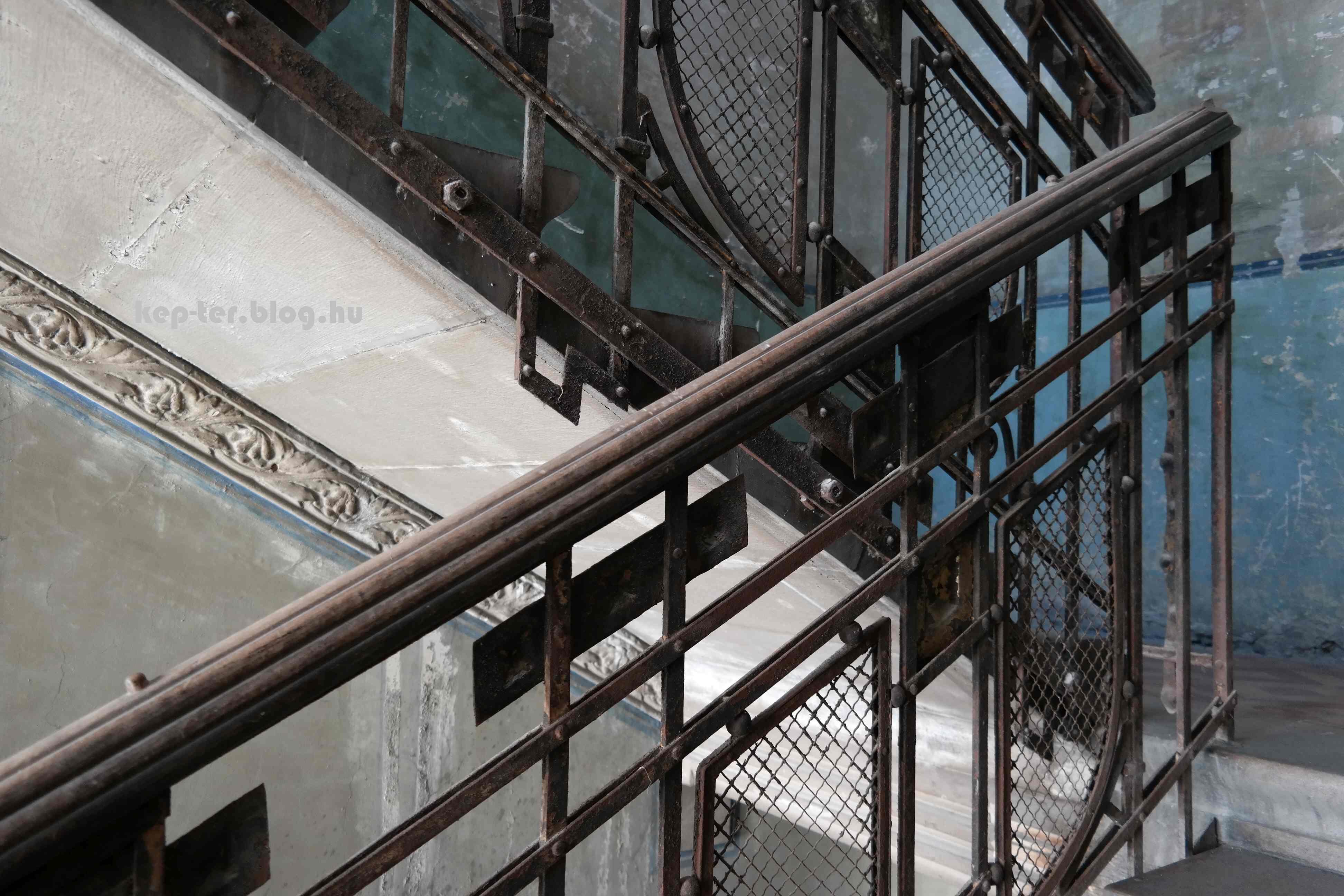 Ebben a galériában kivétel nélkül a 2015 augusztusi képek vannak, azóta lehet hogy kifestették a lépcsőházat. Ha valaki járt benne, írja meg.