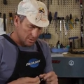 Lance Armstrong koszos kézzel defektes gumit cserél