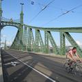 Nehéz szabályosan biciklizni a Szabadság hídon