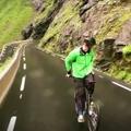 A norvég, aki 80-nal biciklizett hátrafelé