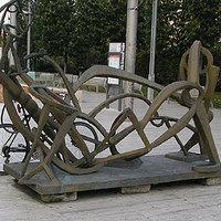 Tahóság-e szoborhoz lakatolni a cangát?