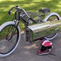 Torlósugaras rakétával a lába között biciklizik