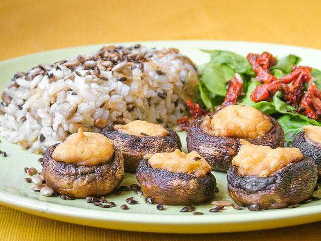 Gomba hummusszal, rizs magokkal