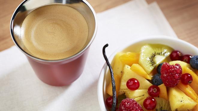 Hosszúkávé vaníliás gyümölcssalátával
