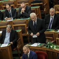 Amit a Fidesz a plakáttörvénnyel csinál, azt úgy hívják: alkotmányos puccs