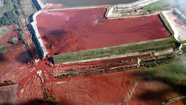 Következmények nélküli országban a cég és a hatóság sem hibás a vörösiszap-katasztrófáért