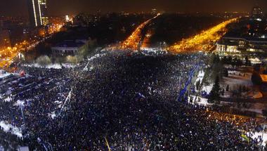 Gigatüntetésekkel érkezik az illiberális demokrácia Romániába?
