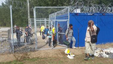 Embertelen 22-es csapdáját játszik a kormány a menekültekkel