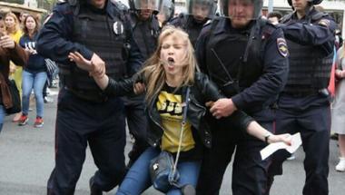Több mint tízezren tüntettek Moszkvában és több orosz városban, a rendőrség keményen lépett fel