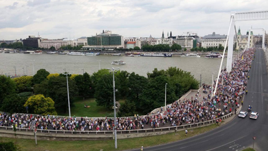Se Orbánék, se az eső nem tudja megtörni a tanárok tiltakozását!