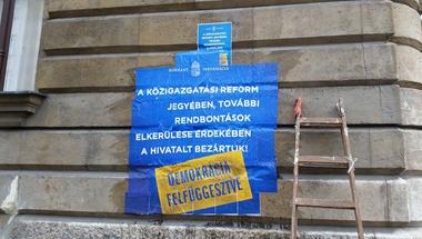Demokrácia felfüggesztve - leszedték a Választási Iroda épületét jelző táblákat