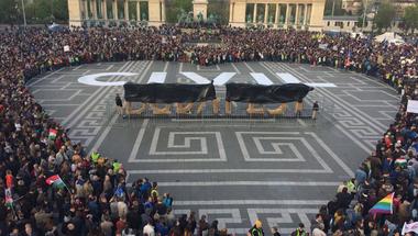 Újra több ezren tüntettek az utcán! – Percről percre