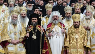 Melegekkel szívózva bizonyítaná a román ortodox egyház, hogy még mindig tényező