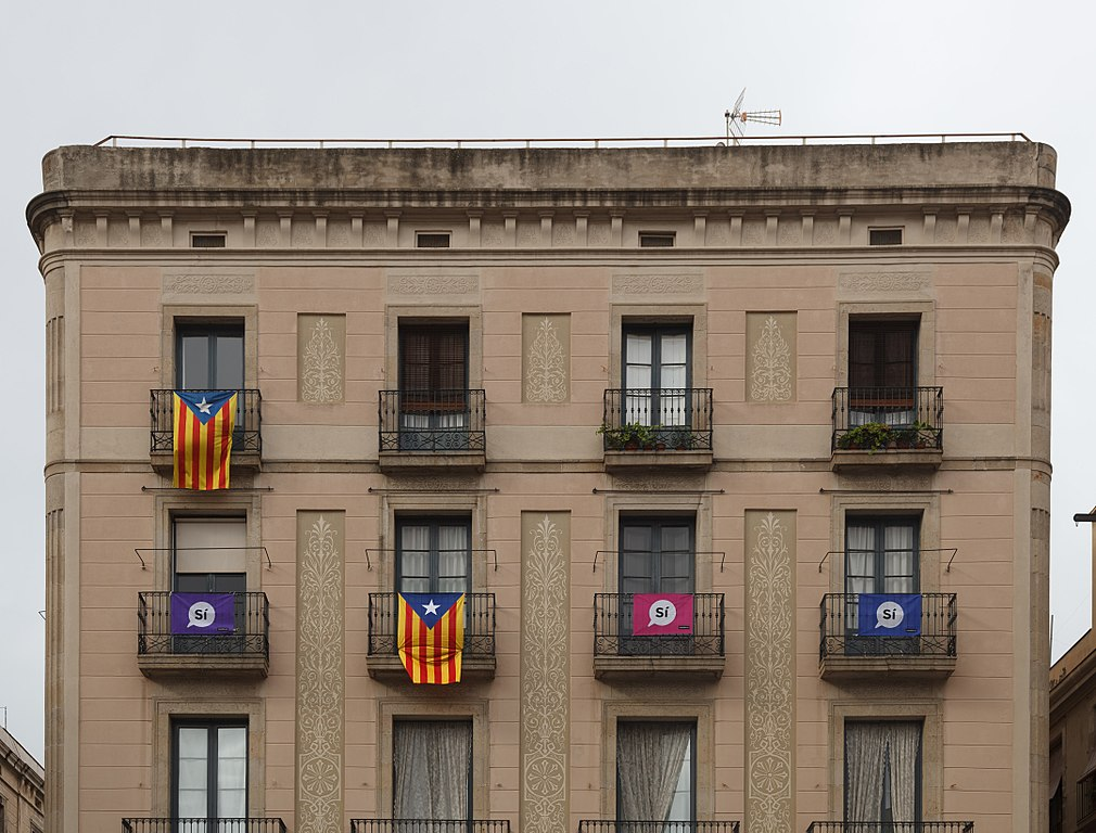 1011px-catalan_independence_referendum_2017_flags_3.jpg