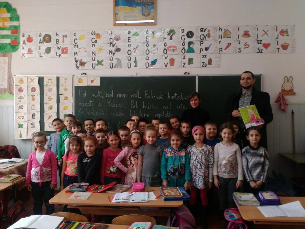beregszasz-magyar-iskolaiban-kiosztasra-kerultek-az-elsosoknek-szant-csomagok.jpg