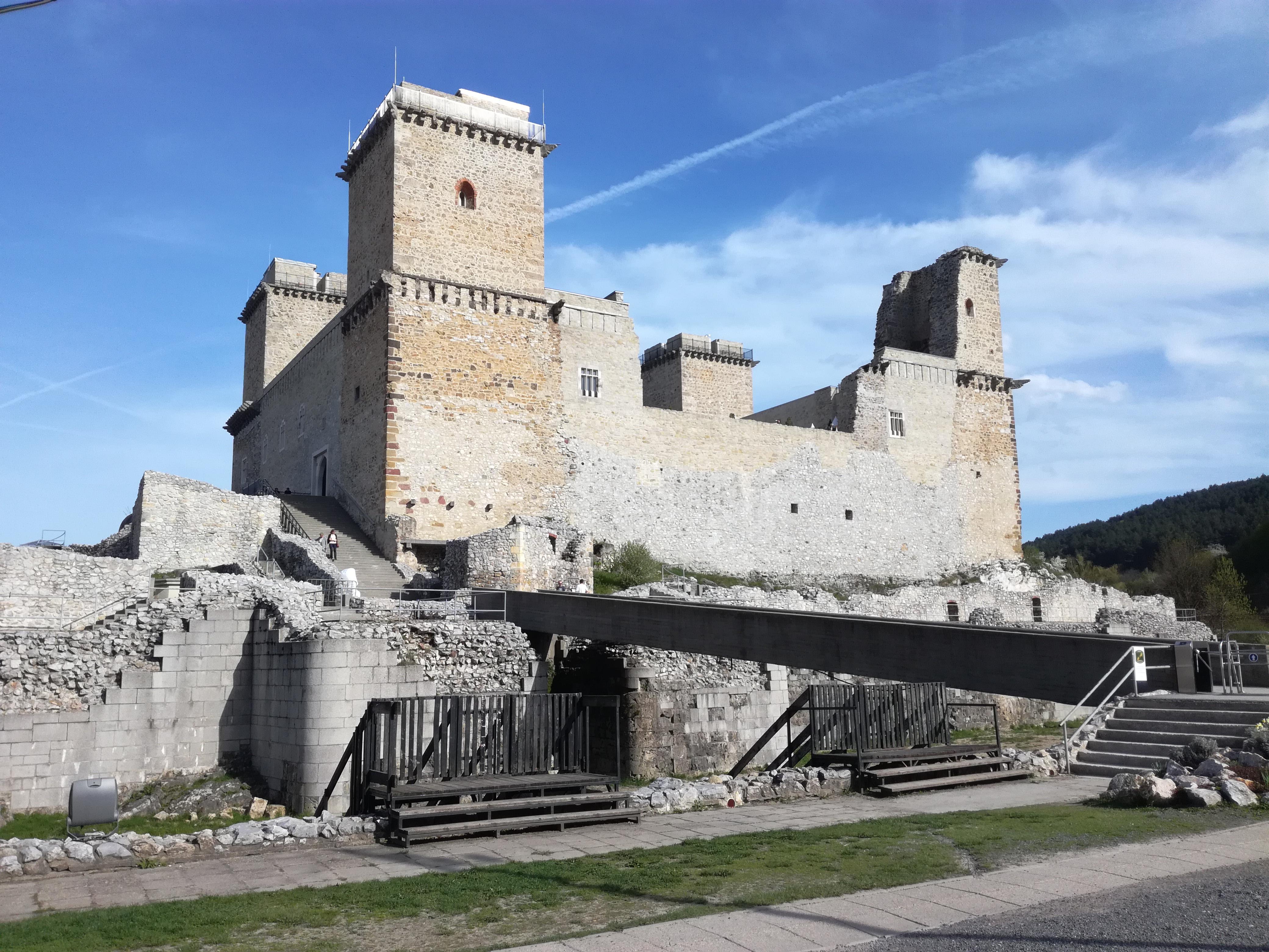 Diósgyőri vár. Elődje honfoglaláskori földvár, I. Nagy Lajos idejében várkastély, majd halála után a mohácsi csatavesztésig királynék (hat királyné) jegyajándéka volt. Pompázatos, lenyűgöző lehetett fénykorában.