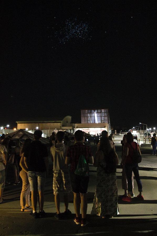 Ez később, amikor már messzebb sodorta a lufikat a szél - az Alba Plaza tetejéről sokan nézték