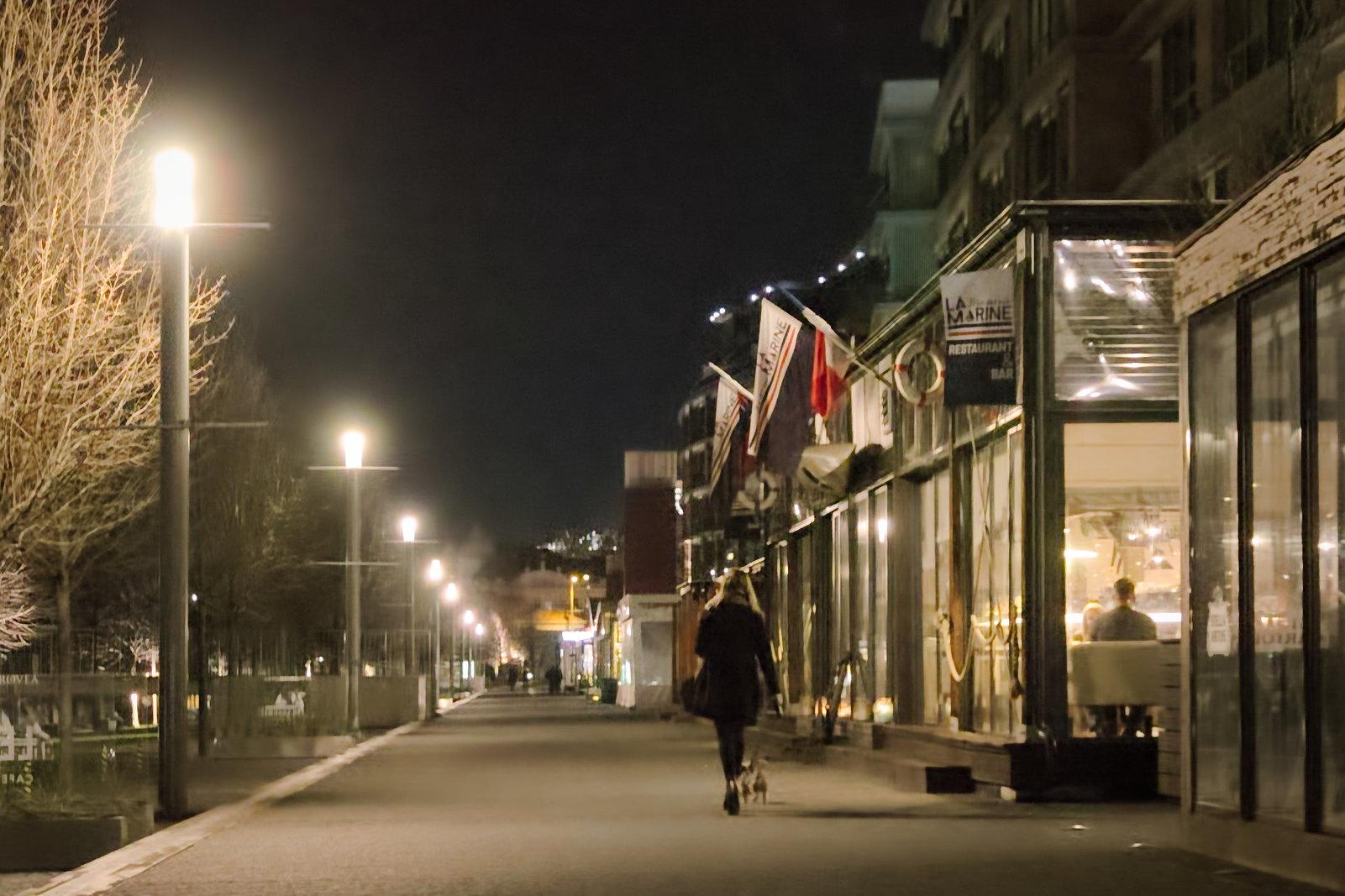 Esti sétáltatás az üzleti negyedben