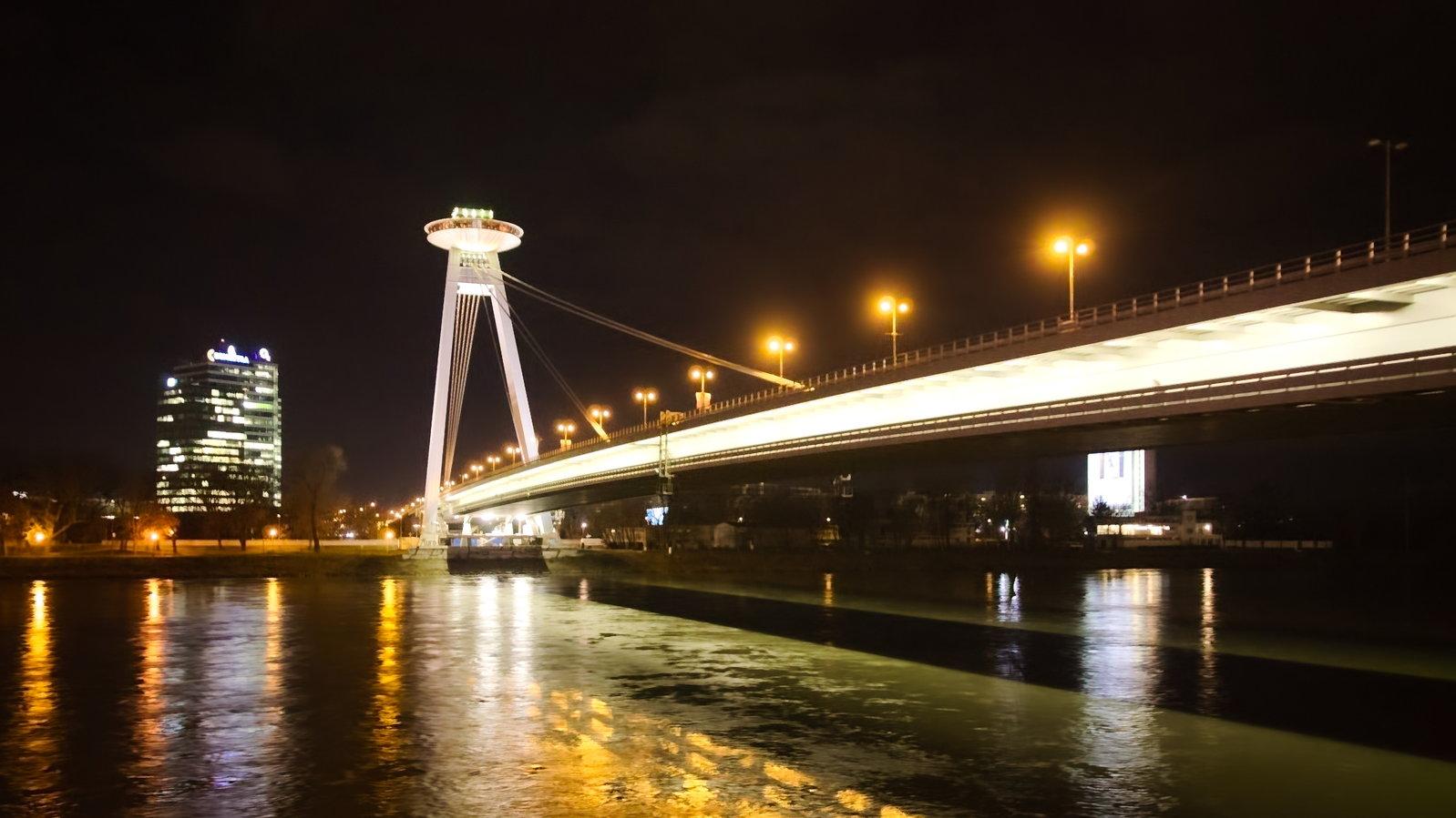 Szlovák Nemzeti Felkelés hídja - tetején a forgó étterem