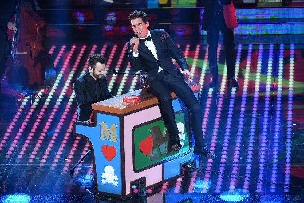 Mika is tiszteletét tette Sanremo-ban. Brit énekes tíz éve robbant be a popzenébe, de a sikerét nem tudta megismételni.<br />Azért nem egy elveszett ember. Folyékonyan beszél franciául, spanyolul és olaszul. Zsűrizett a francia Voice-ban és legutóbb az olasz X-faktorban is.