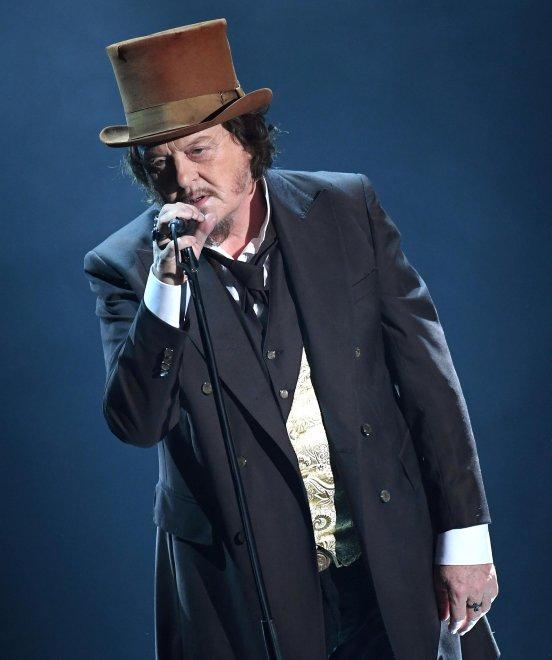 Az olasz rockénekes Zucchero is fellépett versenyen kivűl.