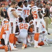 Futballisták térden: megalázták a himnuszt?